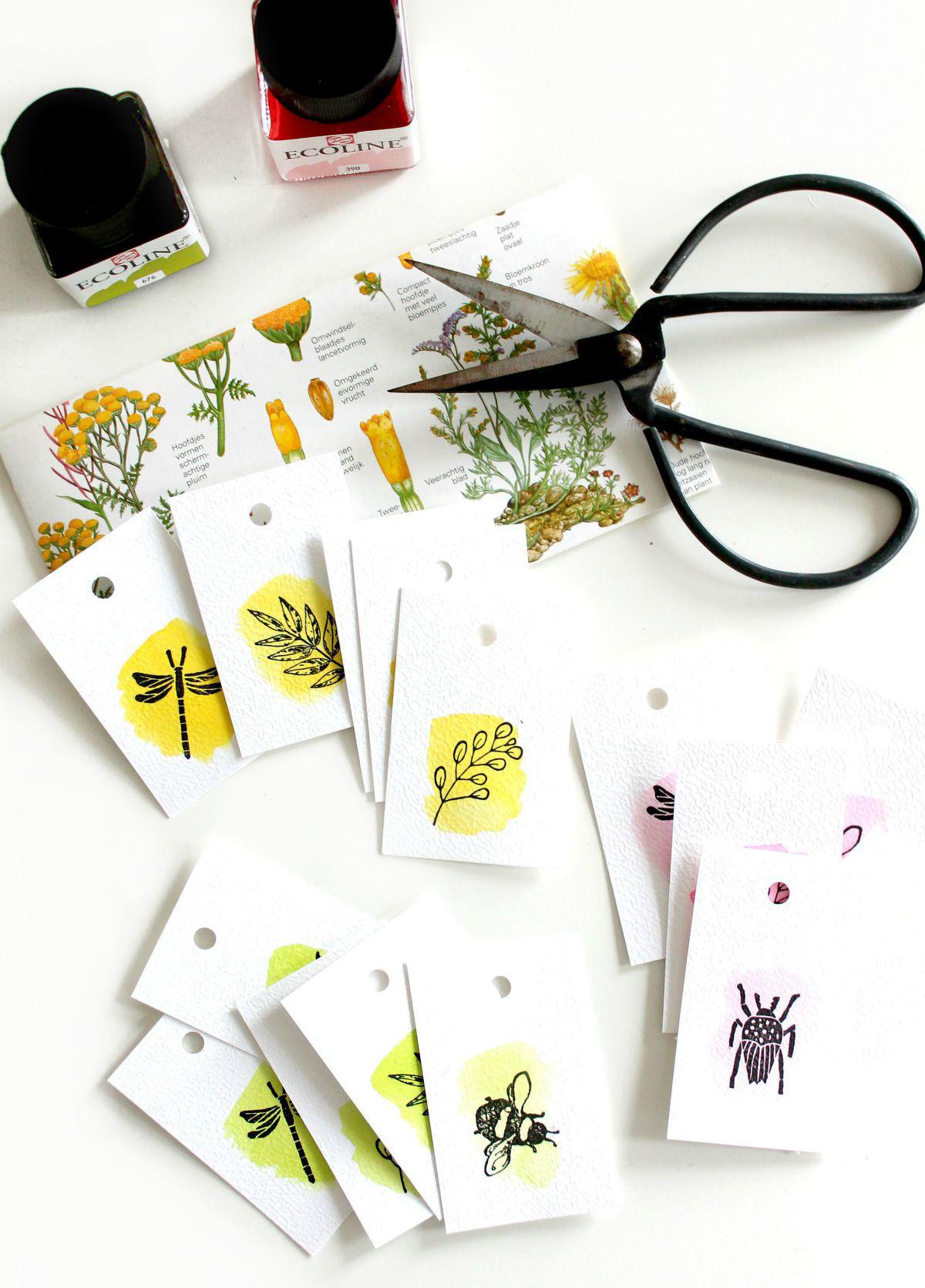 Botanische labels met ecoline en stempels