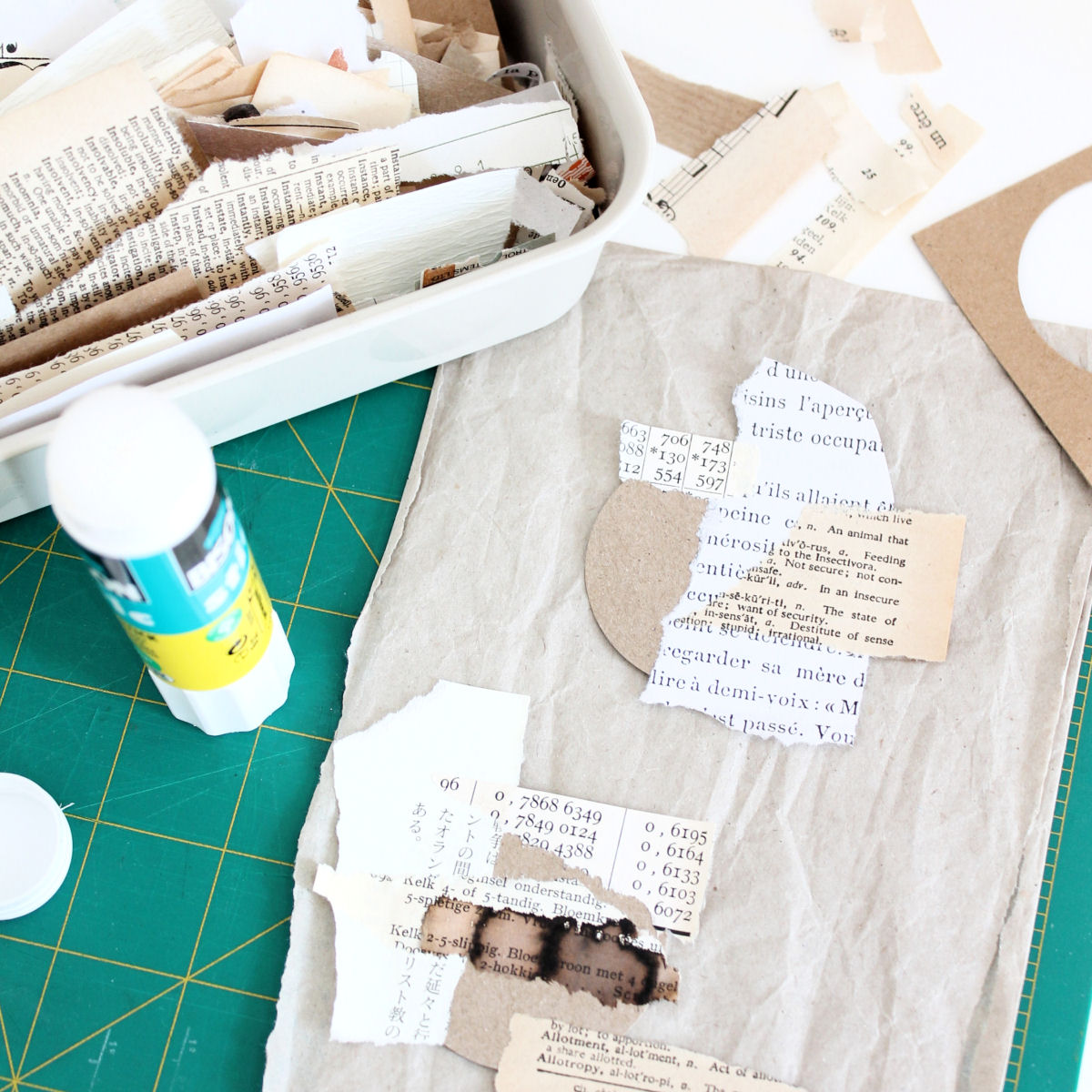 Zo verwerk je snippers papier tot ronde mini collages